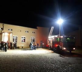 Mitglieder der Jugendfeuerwehr erläutern den Besuchern des Kalendertürchens das Hilfeleistungslöschfahrzeug