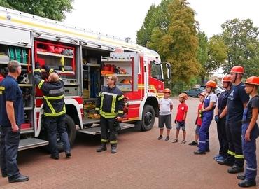 Was befindet sich alles auf einem Feuerwehrauto? Theoriestunde bei der Gubener Jugendfeuerwehr.