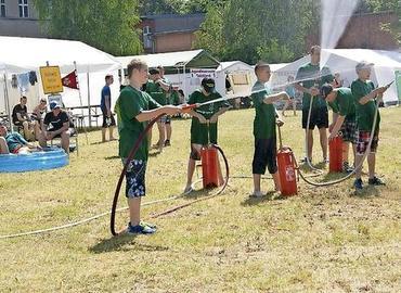 Beim Camp der Jugendfeuerwehren, hier eine Aufnahme vom Lager in Guben 2014, messen sich die Teilnehmer in den verschiedensten Wettbewerben.