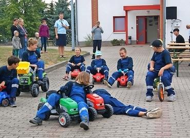 Wie funktioniert eine Rettungsgasse? Die Mitglieder der Jugendfeuerwehr in Schenkendöbern zeigen es auf spielerische Art und Weise.