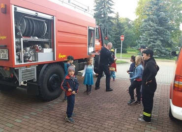 Die Kinder beim Kennenlernen des Fahrzeuges