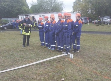 Jugendfeuerwehren des Amtes Döbern-Land bei der Abnahme Leistungsspange vor Beginn der Schnelligkeitsübung.