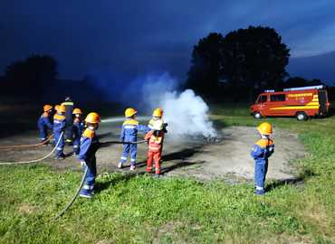 Brandbekämpfung eines Palettenbrandes in Sergen