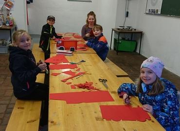 Die Kinder basteln ihre eigenen Feuerwehr-Laternen