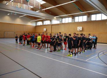 Die Teilnehmenden Mannschaften bei der Eröffnung des 4. Hallenfußballturnieres der Kreisjugendfeuerwehr Spree-Neiße