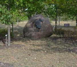 Zentraler Mittelpunkt auf dem Ehrenhain, ein Findling mit dem Schriftzug des Landesfeuerwehrverbandes Brandburg e.V.