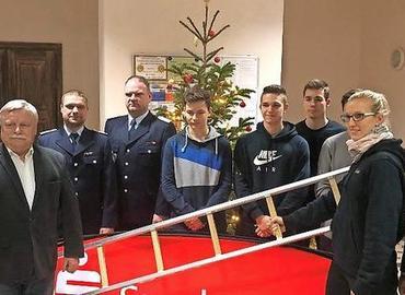 Während der Übergabe der Hakenleiter an die Jugendfeuerwehrleute aus Krayne und WM-Teilnehmerin Isabel Klein.