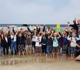 Alle Teilnehmer aus Deutschland am deutsch/polnischen Jugendlager mit der polnischen Ostsee im Hintergrund