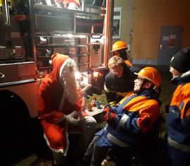 Auch Jugendfeuerwehrmitglied und Rollstuhlfahrer Paul hatte sichtlich Spaß mit dem Besuch des Nikolauses