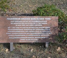 Gedenktafel Feuerwehr-Brücke Berlin-New York am Ehrenhain