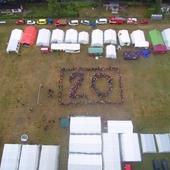 Gruppenbild und Startvorbereitungen der Luftballonaktion anlässlich des zwanzigsten Jubiläums des Kreisjugendlagers