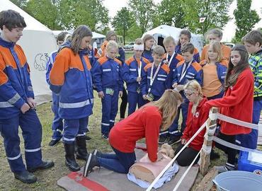 Die Jugendfeuerwehr des Amtes Burg hat am Wochenende im Lager der Jugendfeuerwehren in Neuendorf Erste Hilfe trainiert. Mitglieder des Jugendrotkreuzes aus Guben schulten sie.
