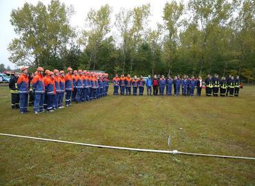 Die angetretenen Gruppen zur Abnahme der der Leistungsspange auf dem Sportplatz Drebkau OT Casel.