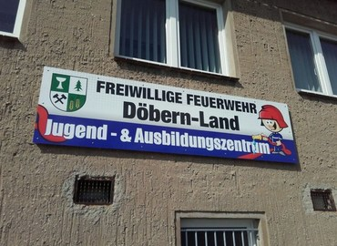 Endlich schmückt das Jugend- und Ausbildungszentrum auch ein offizielles Schild