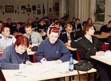 Foto: Gerd Kundisch, Feuerwehrleute aus dem Spree-Neiße-Kreis wurden dieser Tage in Döbern zu Jugendwarten ausgebildet.