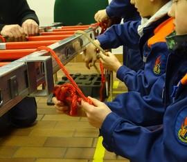 Müssen bei Feuerwehrleuten sitzen: Knoten und Stiche