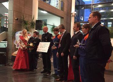 Stolz nahmen die Vertreter der Jugendfeuerwehr und der Freiwilligen Feuerwehr des Amtes Döbern-Land den Scheck entgegen.