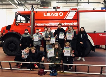 Gruppenbild in der Fahrzeughalle der LEAG Werkfeuerwehr am Standort Jänschwalde alle Teilnehmer des Amtes Döbern-Land