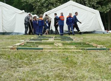 Die Jugendfeuerwehr Forst (Lausitz) beim Aufbau ihrer Zelte.