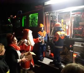 Kurz wurden die Erläuterungen des Hilfeleistungslöschfahrzeuges unterbrochen, um dem Nikolaus ein kleines Gedicht oder Lied zu präsentieren