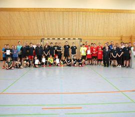 Gruppenbild aller Teilnehmer des 4. Hallenfußballturnieres der Kreisjugendfeuerwehr Spree-Neiße